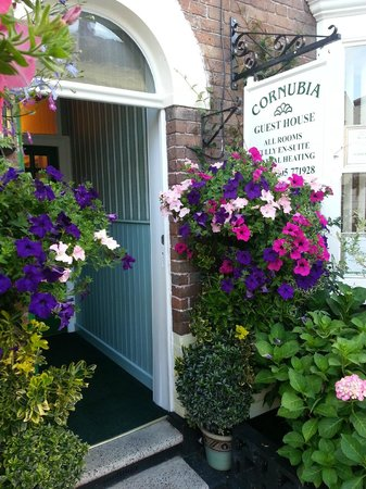 The Cornubia Guest House: Flowery entrance