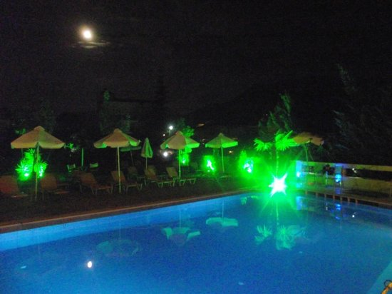 Palmyra Hotel: The Pool at night