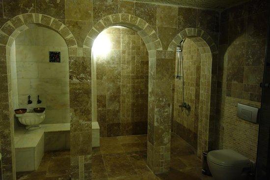 Vineyard Cave Hotel: 奥にシャワーがありますが使うと床が水浸しだと。飾りなのかな。