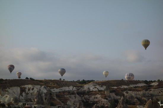 Vineyard Cave Hotel: 7:00頃にテラスから撮った風景です。気球が真上を通過しました。