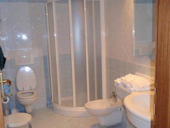Hotel Riva Del Sole: Bathroom