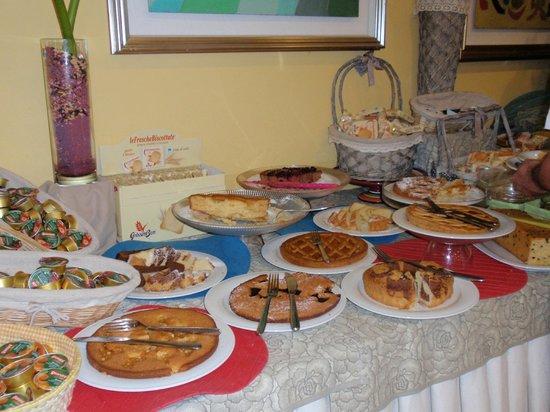 Hotel Riva Del Sole: Delicious cake & pastries on Breakfast Buffet