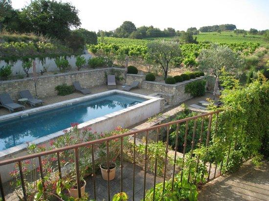 Une Bastide en Provence : vue de la piscine depuis le balcon