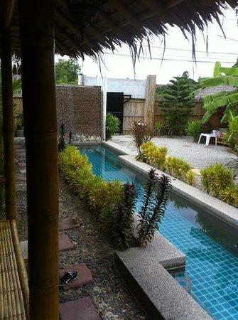 Bamboo Heaven Home: vue sur la piscine