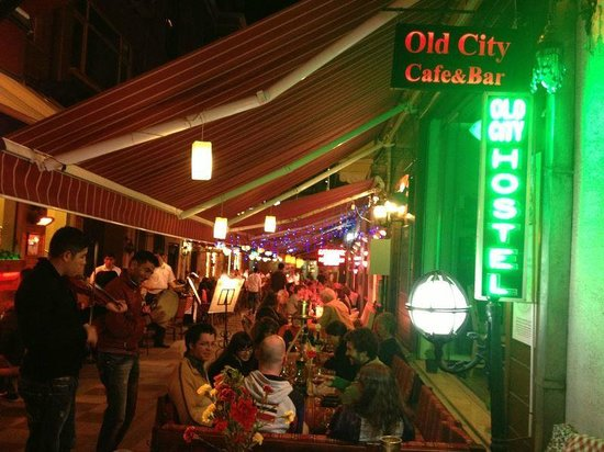 ‪‪Old City Hostel‬: Old City Cafe Bar at night‬