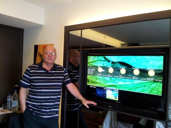 GLO Hotel Art : Huge TV