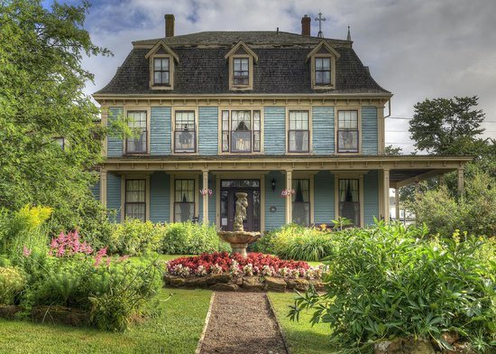 Barachois Inn: Main house and garden
