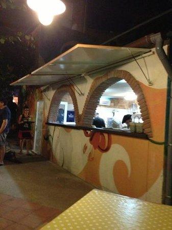 Pizzeria RUMBERA : El mostrador de la cocina exterior