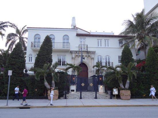 Mansion de versace ocean drive picture of ocean drive for Versace mansion miami tour