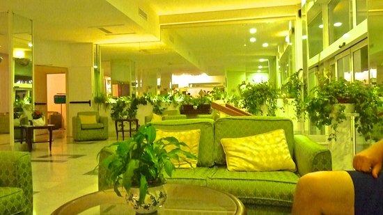 Carlton International Hotel: hotel lobby