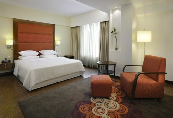 Four Points by Sheraton Ahmedabad: Suite Bedroom