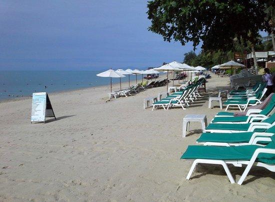 Utopia Resort: Looking down the beach