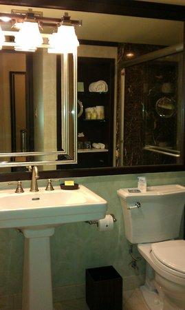Jupiter Beach Resort: rm 225 bathroom