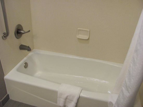 Holiday Inn Express & Suites Fredericksburg: Room 228