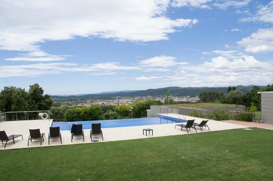 Mas Ses Vinyes : Vista de la piscina. Al fondo Palafrugell. A la derecha habitaciones.