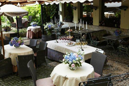 Dona Hotel : летняя площадка ресторана