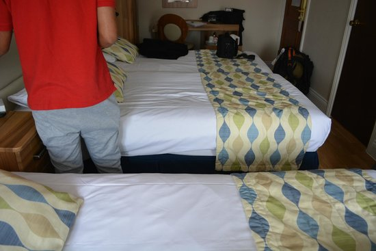 Royal Eagle Hotel: 3 single bed (yes rooms are abit small but we didnt mind)