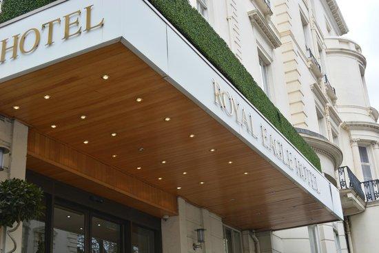 Royal Eagle Hotel: Outside of the hotel