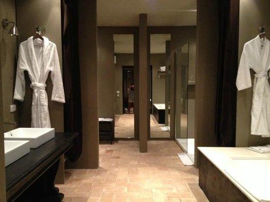 Conti di San Bonifacio Wine Resort: Huge bathroom area