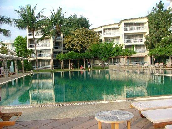 Chom View Hotel: ตึกด้านหน้าที่พัก