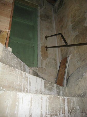 La Porte Bleue: Escalier envers la chambre