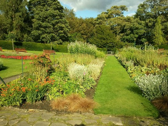 Pittencrieff Park: Formal gardens looking east
