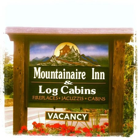 Mountainaire Inn and Log Cabins: Front sign