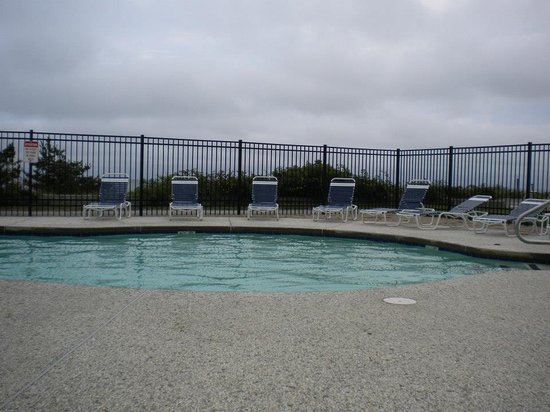 Surf and Sand Beach Motel: great pool overlooking the ocean! to bad it was a gloomy day