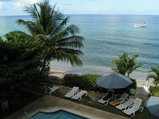 Tropical Sunset Beach Apartment Hotel: Looking down onto the pool area from balcony.