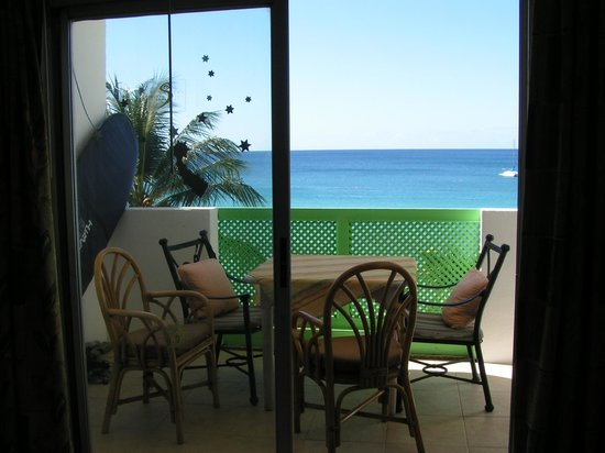 Tropical Sunset Beach Apartment Hotel: View of balcony from the room.