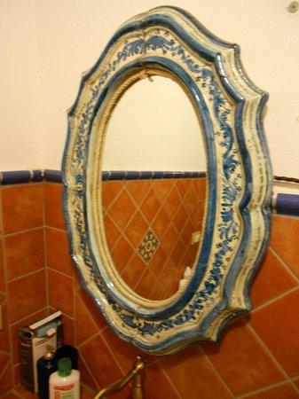 Kimera: Specchio in ceramica di Caltagirone
