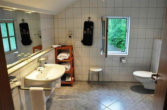 Kraaknette eigen badkamer met douche badjassen washandjes zeepjes