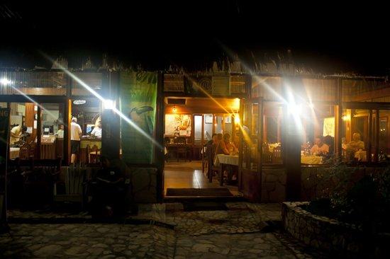 Jaguar Inn Restaurant: En la noche frente al restaurante