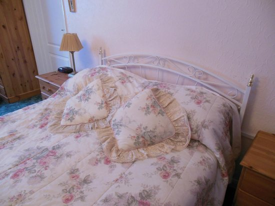 20 Potters Way: Bed