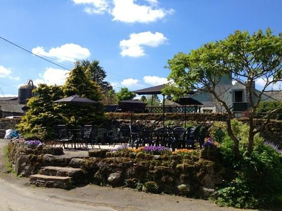 Punchbowl Inn: outside seating