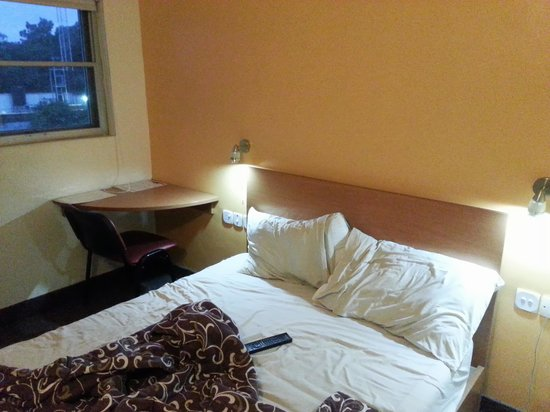 Travel House Budget Hotel: Bed and table with window view