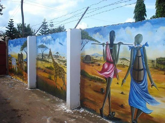 Rafiki Backpackers & Guesthouse: Masaai pictures on the wall fence
