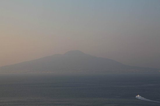 Grand Hotel Vesuvio: Mount Vesuvius viewed from the terrace bar