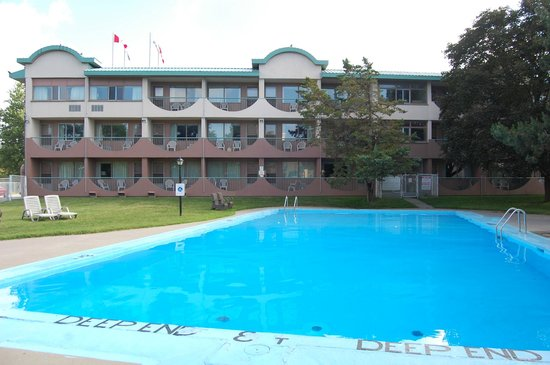 Ramada Kingston Hotel and Conference Center: la piscine