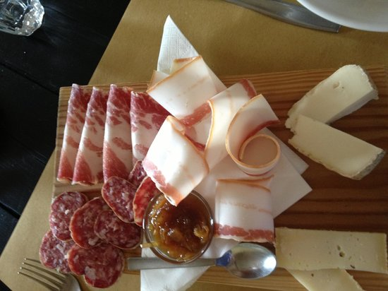 Rifugio Alpe di Colonno: Tagliere with local salami, ham, 'lardo' and cheese