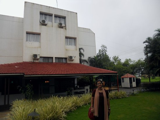 Hotel Ashwin : view of hotel entrance and graden