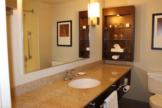 Delta Saguenay Hotel : grande salle de bain. Suffisamment d'espace dans la chambre pour une famille de trois.