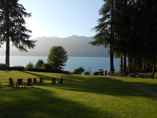 Lake Quinault Lodge: Lake Quinault and north shore from the lodge's big lawn