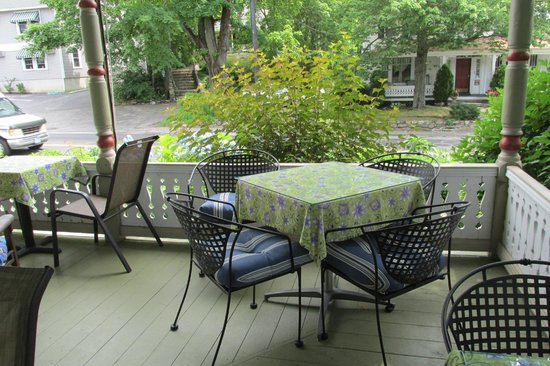 Scotch Hill Inn: Loved having breakfast out on the porch.