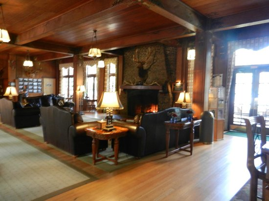 Lake Quinault Lodge: Main lodge's sitting area, fireplace