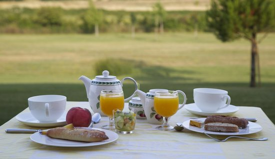 Hotel La Bastide d'Iris : Breakfast in the terrace
