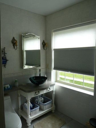 Munro Manor Lodging & Event Center: Bathroom in Lizzy's Guest Room