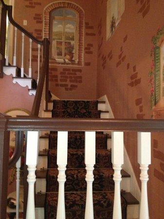 Munro Manor Lodging & Event Center: Main stairwell