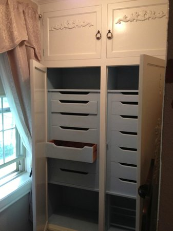 Munro Manor Lodging & Event Center: Drawers for clothes in Lizzy's Guest room