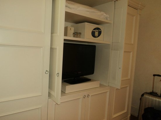 Hotel Executive Florence: The tv and safe in the bedroom